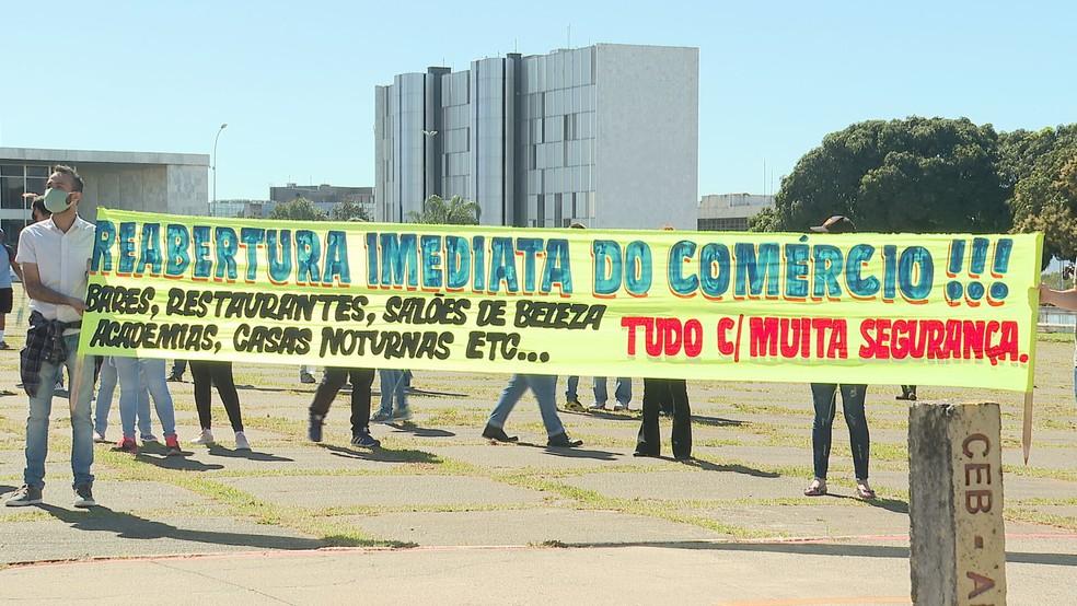 Donos de bares, academias e salões de beleza protestam por reabertura do comercio no DF, em frente ao Palácio do Buriti — Foto: TV Globo/Reprodução