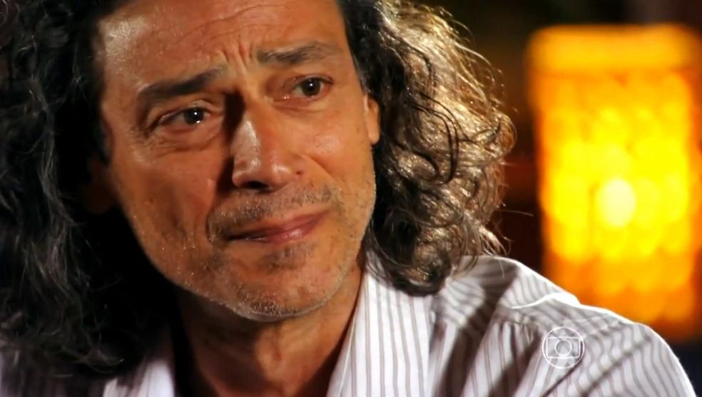 Donato (Luiz Carlos Vasconcellos) se emociona quando Hélio (Raphael Vianna) diz que é o responsável pelo crime que aconteceu há sete anos - 'Flor do Caribe' — Foto: Globo