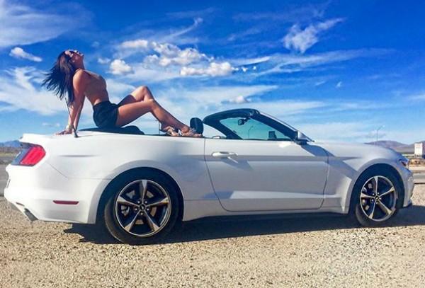 Em suas redes sociais, Kate Woodocock costumava posar ao lado de esportivos (Foto: Reprodução Instagram)