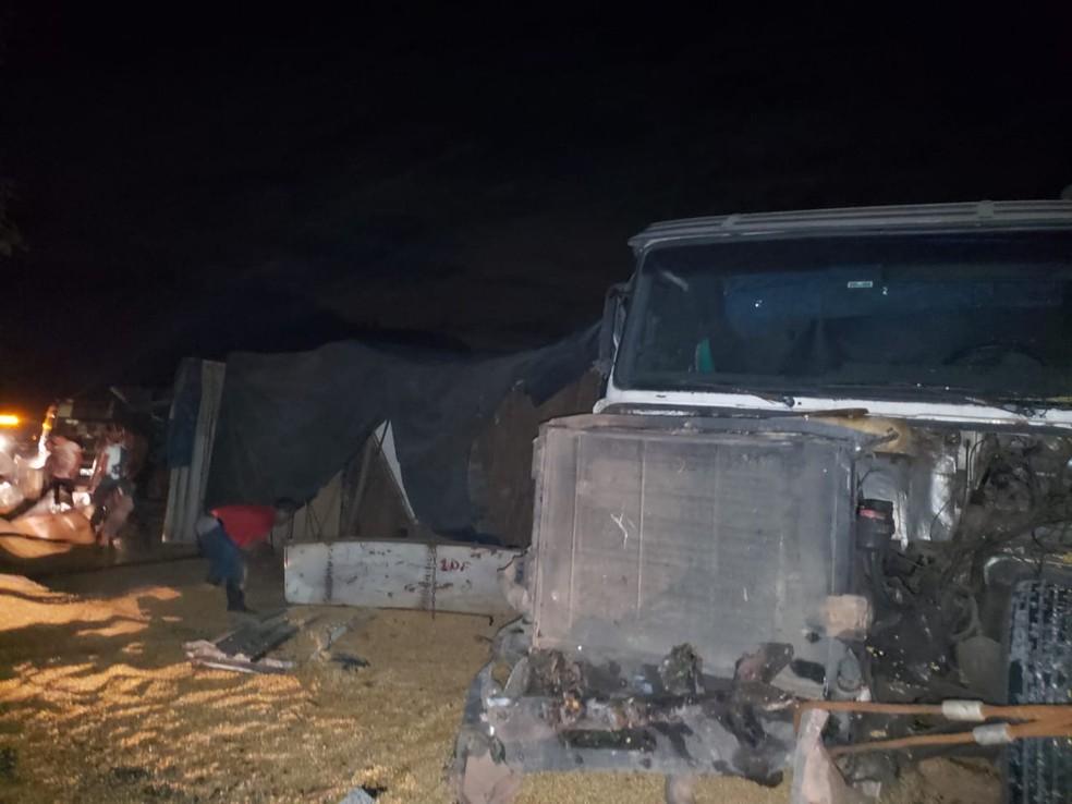 Caminhão tomba na BR-277, em Morretes, e interdita a rodovia por quase seis horas — Foto: Davi Rocha/Arquivo pessoal