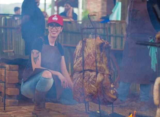 A cozinheira especialista em churrasco, Larissa Morales, dá dicas para o churrasco perfeito no apê (Foto: Reprodução/Instagram)