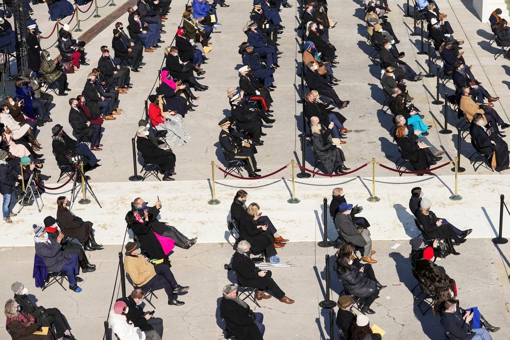 Pessoas assistem a posse de Joe Biden como 46º Presidente dos Estados Unidos na Frente Oeste do Capitólio dos EUA, em Washington, nesta quarta (20)   — Foto: Kevin Lamarque/Reuters