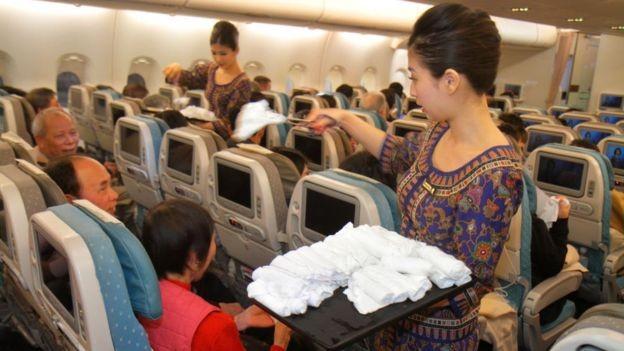 A Singapore Airlines desenvolveu aromas específicos para seus itens de higiente distribuídos a clientes (Foto: Getty Images via BBC News Brasil)