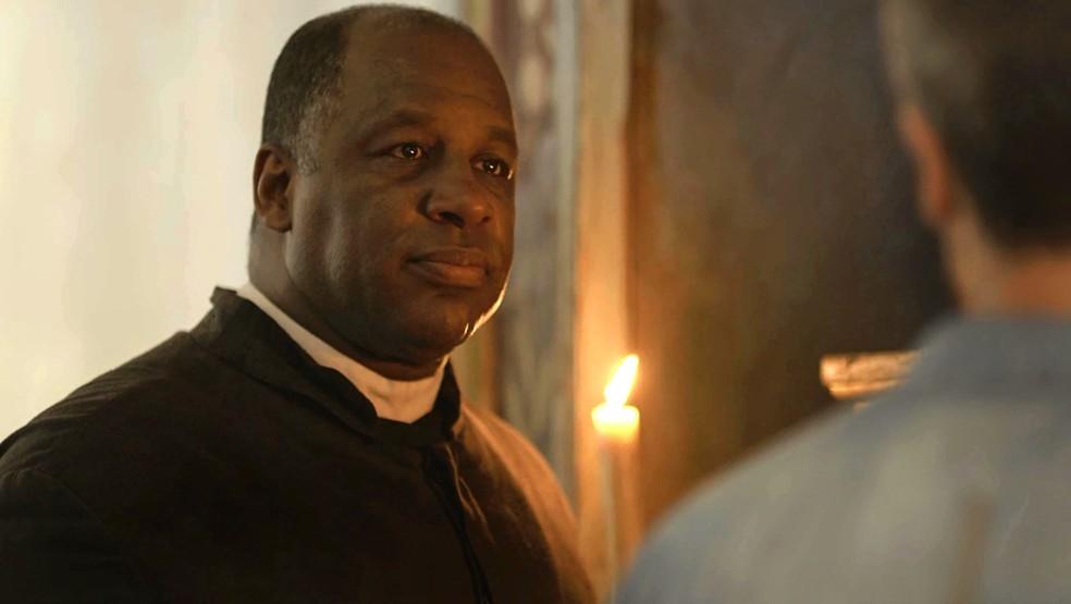 Padre Ramiro (Ailton Graça) pensa se aceita convite para ser o novo guardião, em 'O Sétimo Guardião' — Foto: TV Globo