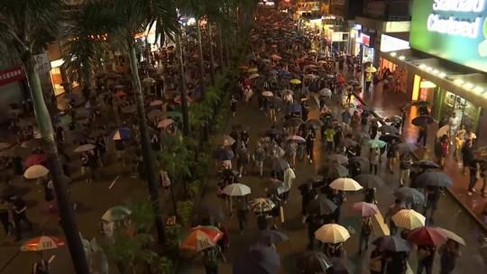 Sob forte chuva, multidão volta às ruas de Hong Kong para protestar contra o governo