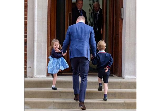 Charlotte acena para os fotógrafos ao entrar no St. Mary Hospital com o irmão George e o pai, o Principe William (Foto: Reprodução / Instagram)