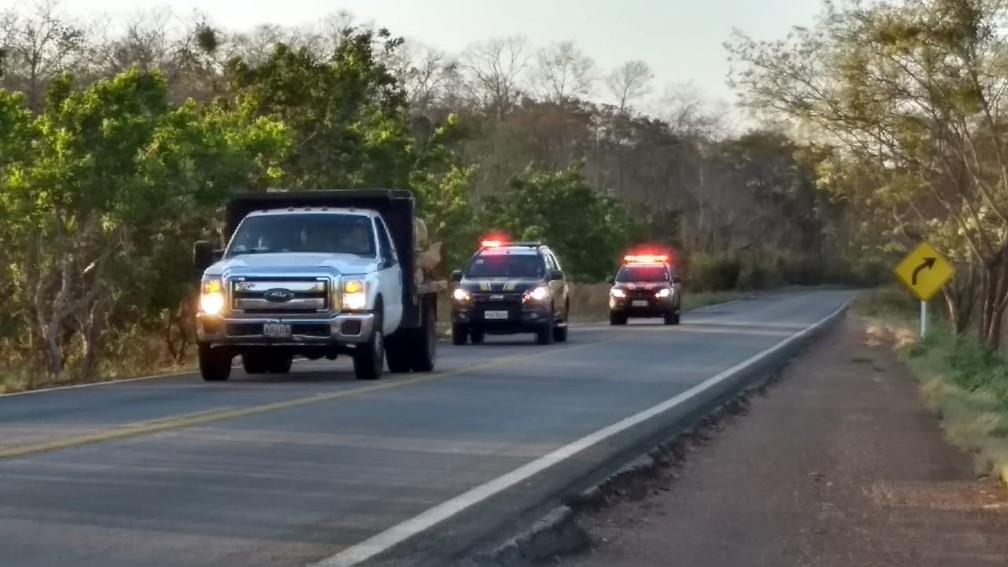 Caminhões com ajuda são escoltados por viaturas da Polícia Rodoviária Federal brasileira — Foto: Laudinei Sampaio/Rede Amazônica Roraima