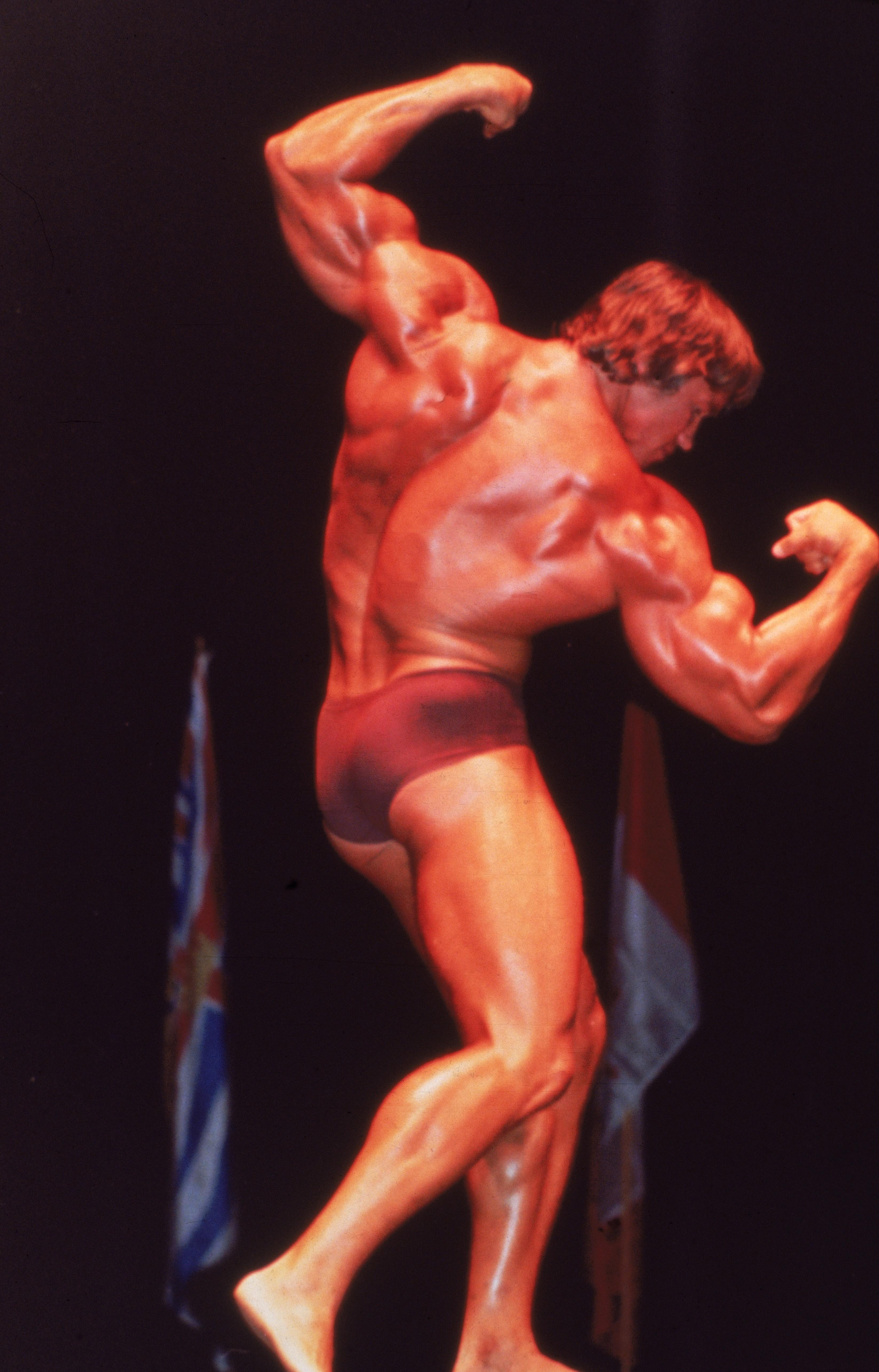 O ator Arnold Schwarzenegger aos 28 anos, em uma foto feita em um concurso de musculação em janeiro de 1976 (Foto: Getty Images)
