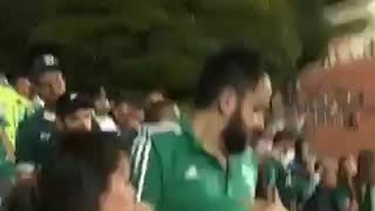 Vídeo: suposta torcedora do Corinthians infiltrada é agredida por torcedoras do Palmeiras