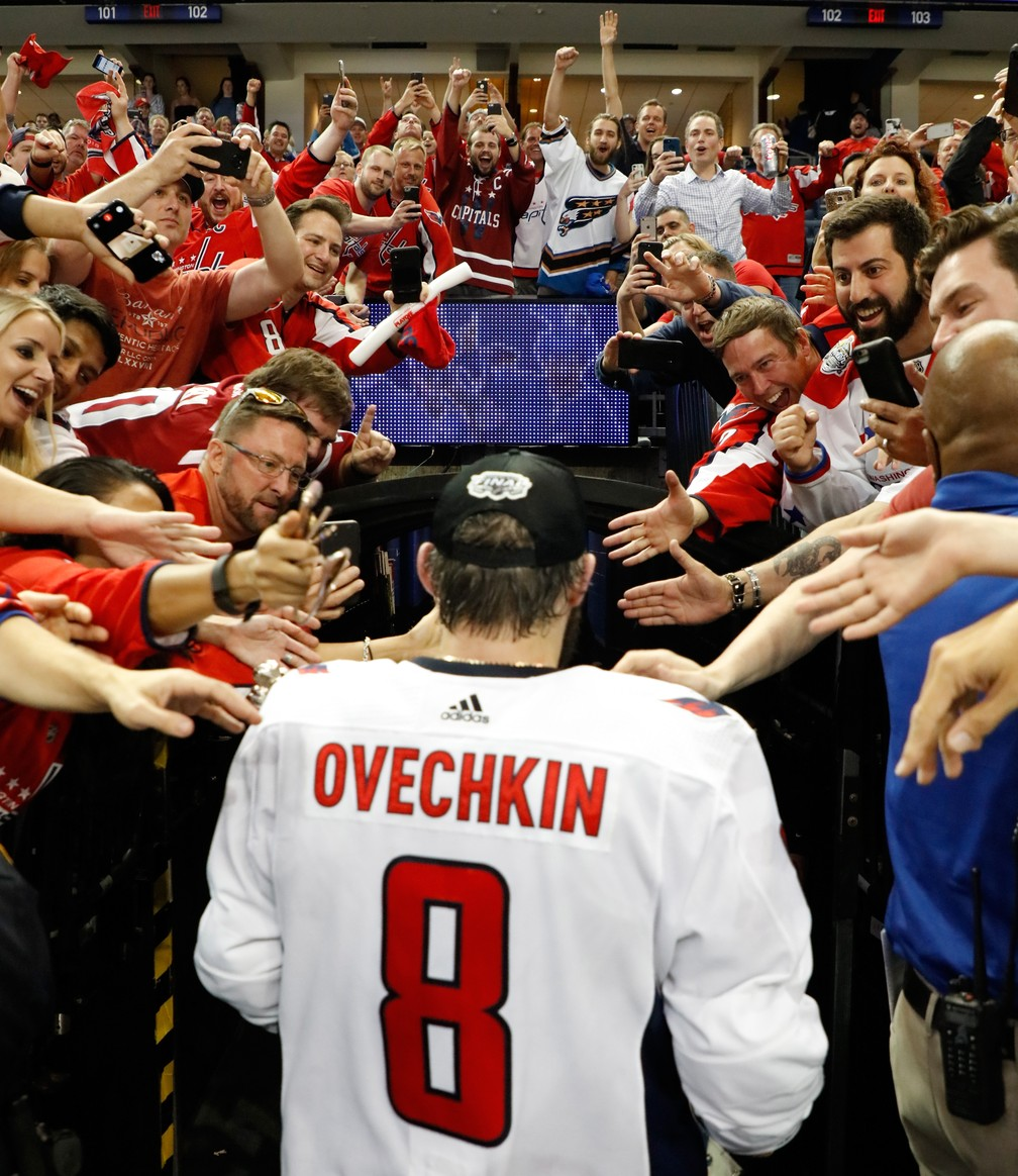 ... Ovechkin deixa a quadra ovacionado pelos torcedores — Foto  Mike  Carlson Getty Images 8eceee89face8