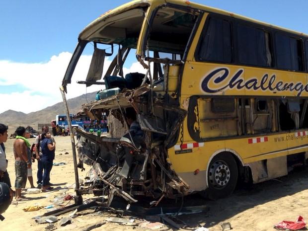 acidente ônibus caminhão Peru  (Foto: Reuters)