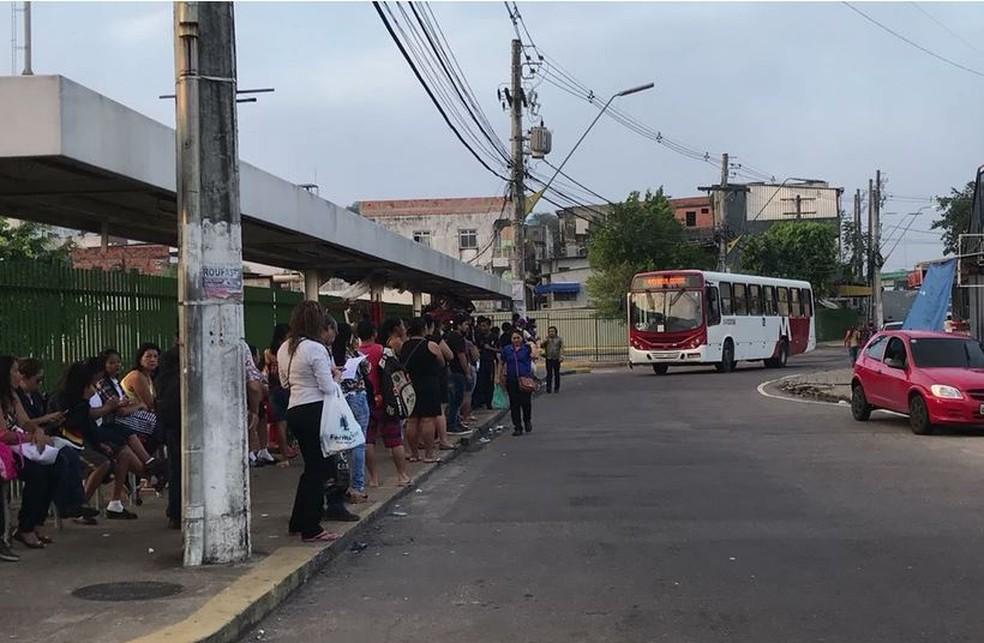 Pontos de ônibus ficaram lotados no início da Manaus em Manaus (Foto: Patrick Marques/G1 AM)