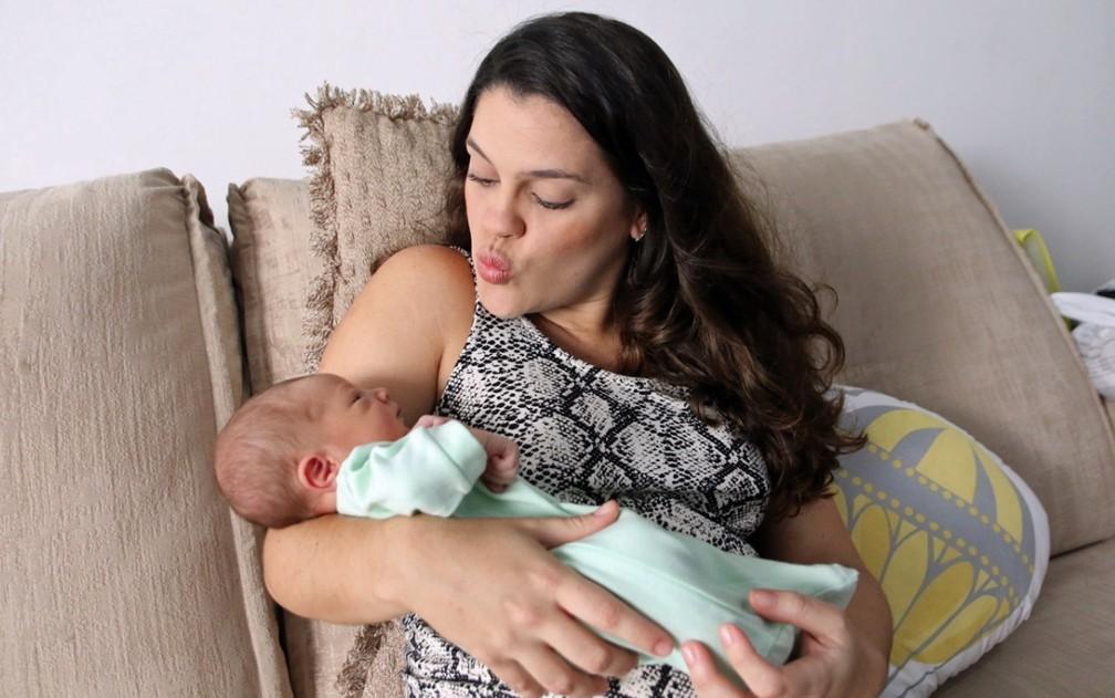 Lauryanne e Joaquim, que nasceu no mesmo dia da prima, Mariana — Foto: Aldo Carneiro/Pernambuco Press
