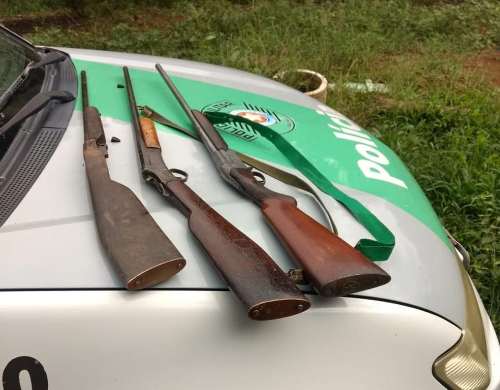 Armas e munições foram encontradas dentro de barraco, em região de mata de Eldorado — Foto: Divulgação/Polícia Ambiental