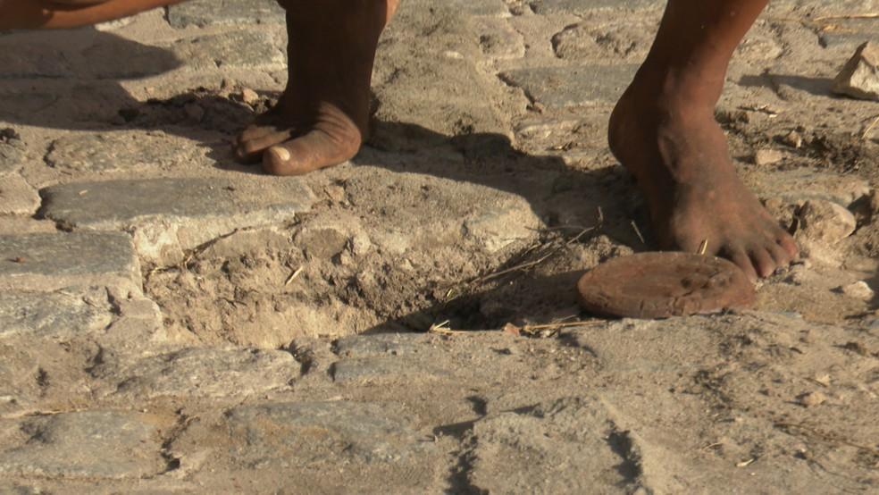 Buraco onde a lata com dinheiro foi encontrado — Foto: TV Cabo Branco/Reprodução