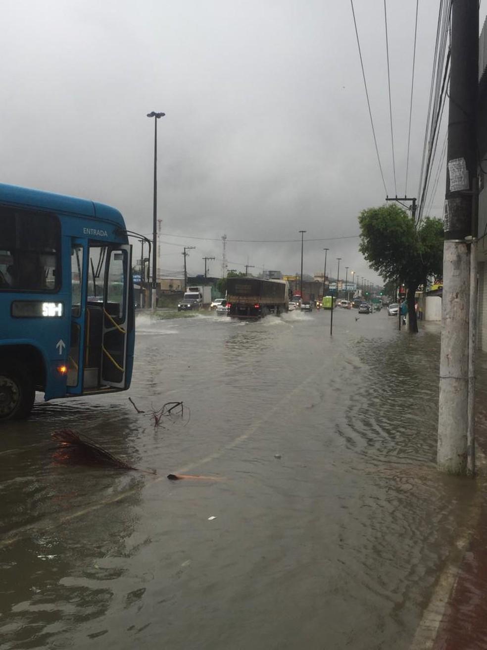 Chuva na avenida Carlos Lindenberg, na altura de Cobilândia, em Vila Velha — Foto: Eliana Gorritti/ TV Gazeta