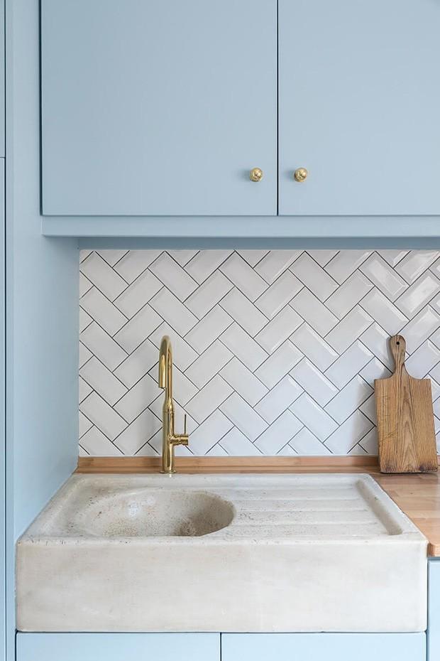 Décor do dia: cozinha com armários azuis e bancada de madeira (Foto: Divulgação)