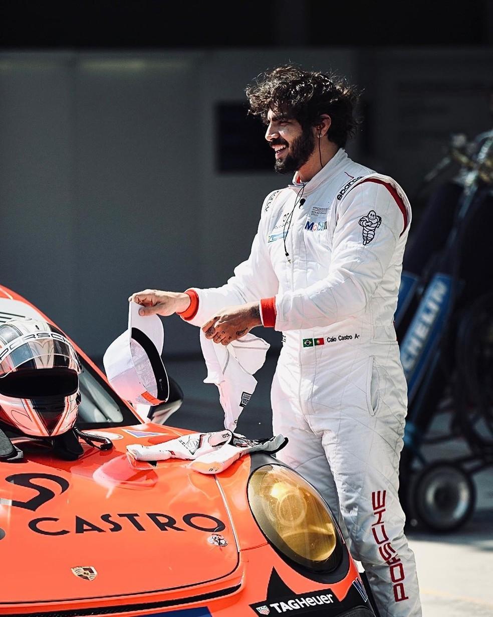 Caio Castro durante o anúncio de seu novo desafio no automobilismo — Foto: Reprodução/Instagram