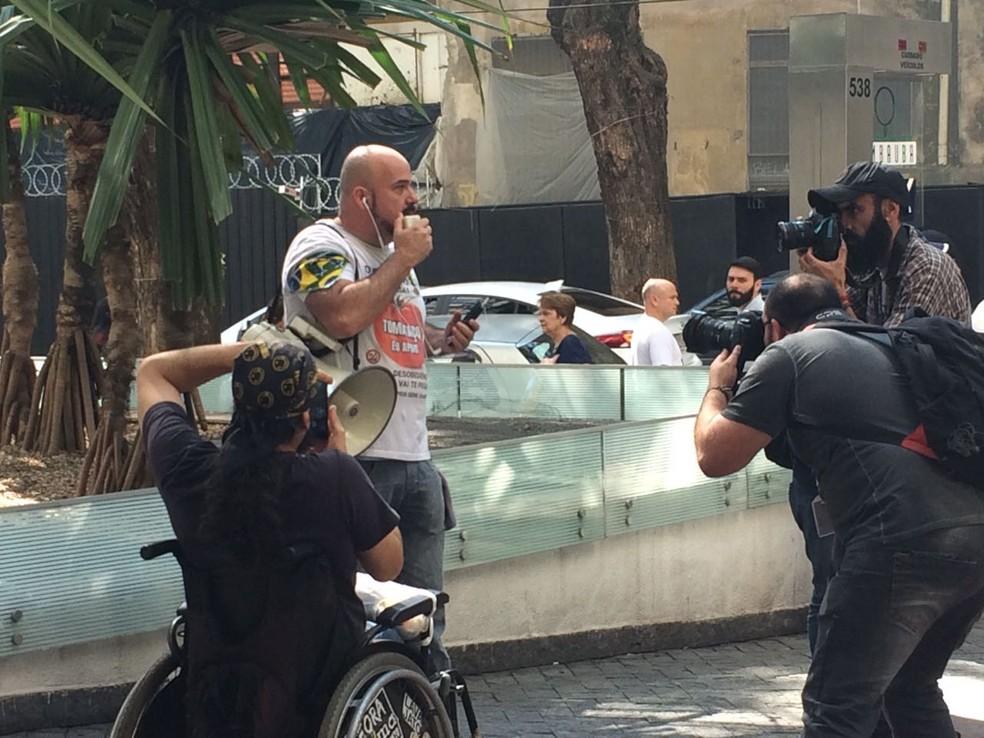 Manifestantes protestam contra Gilmar Mendes em SP (Foto: Tahiane Stochero/G1 )
