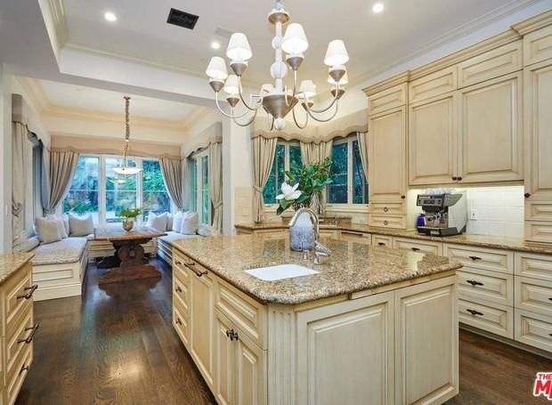 A cozinha está ligada a uma mesa informal para refeições (Foto: The MLS/ Reprodução)