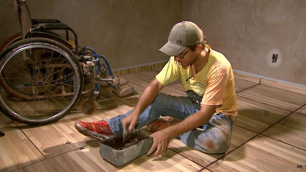 Ramassoti é pedreiro há quatro anos inspirado pelo pai, que morreu quando ele tinha 9 anos  (Foto: Reprodução/EPTV)
