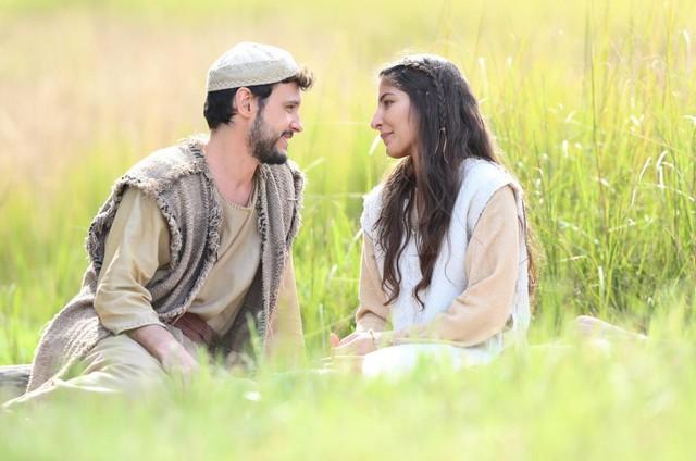 Guilherme Dellorto e Juliana Xavier como José e Maria na estreia de 'Jesus' (Foto: Munir Chatack/Record )