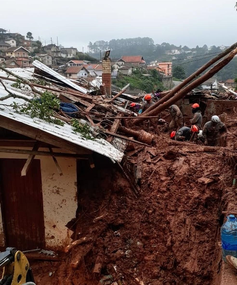 Deslizamento de terra atingiu dois bairros em Campos do Jordão e deixa ao menos três vítimas — Foto: Divulgação/Corpo de Bombeiros