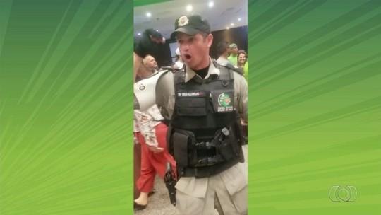 Vídeo viraliza após policial comemorar acesso do Goiás com torcedores no aeroporto