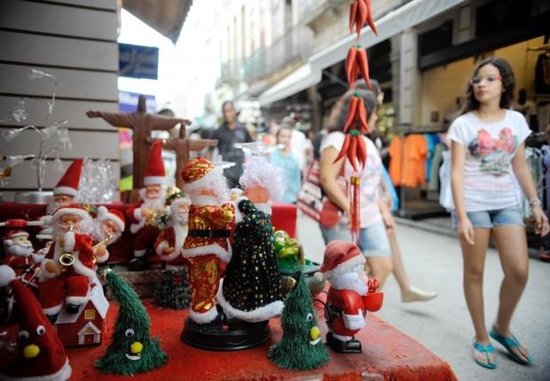 Vitrine de loja enfeitada para Natal na região da Saara, no Rio de Janeiro ; comércio ; vendas de Natal ; varejo ;  (Foto: Fernando Frazão/Agência Brasil)