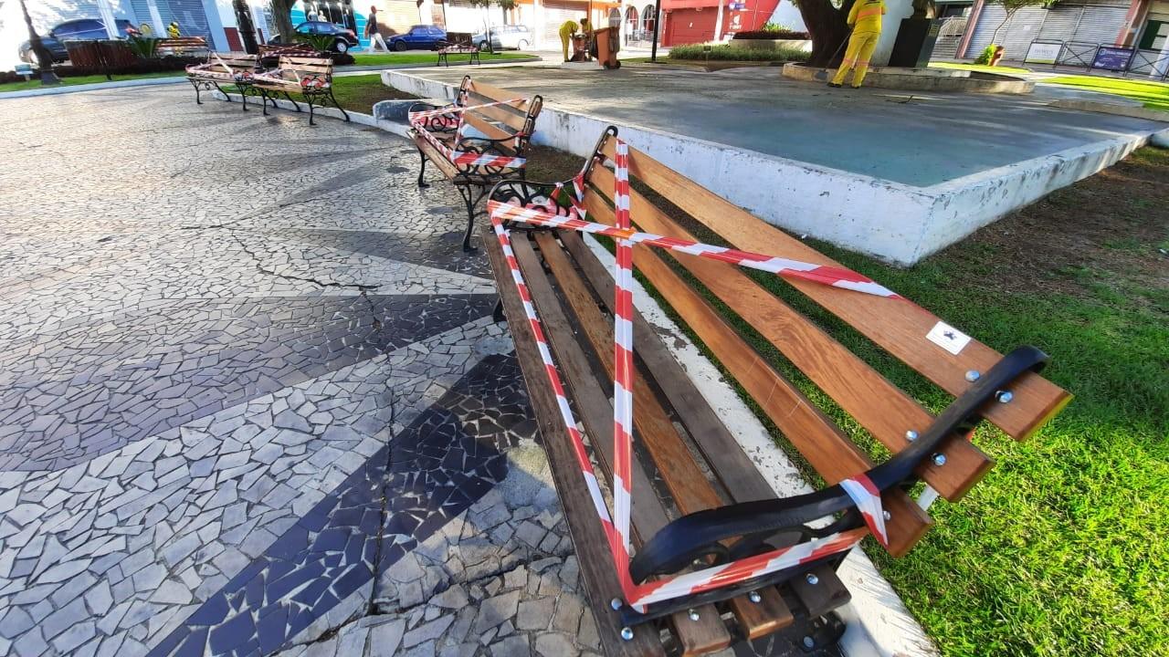 Prefeitura de Pindamonhangaba lacra bancos de praças para evitar aglomerações