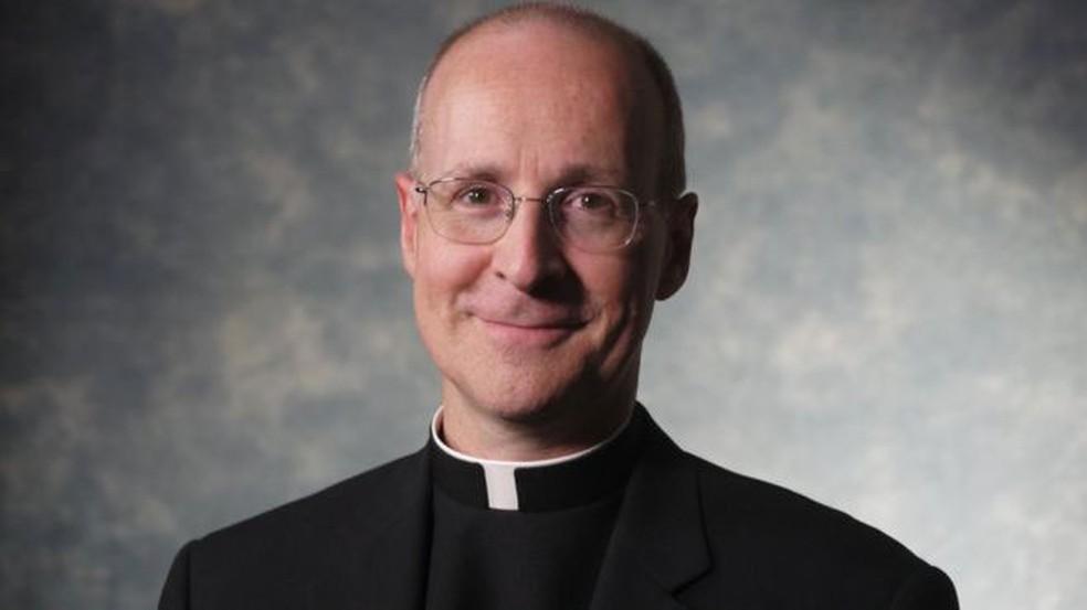 James Martin é alvo de patrulhas homofóbicas em suas redes sociais, com críticas diuturnas daqueles que acreditam que ele seja 'perturbado' e 'traidor da fé católica' (Foto: Reprodução/BBC)