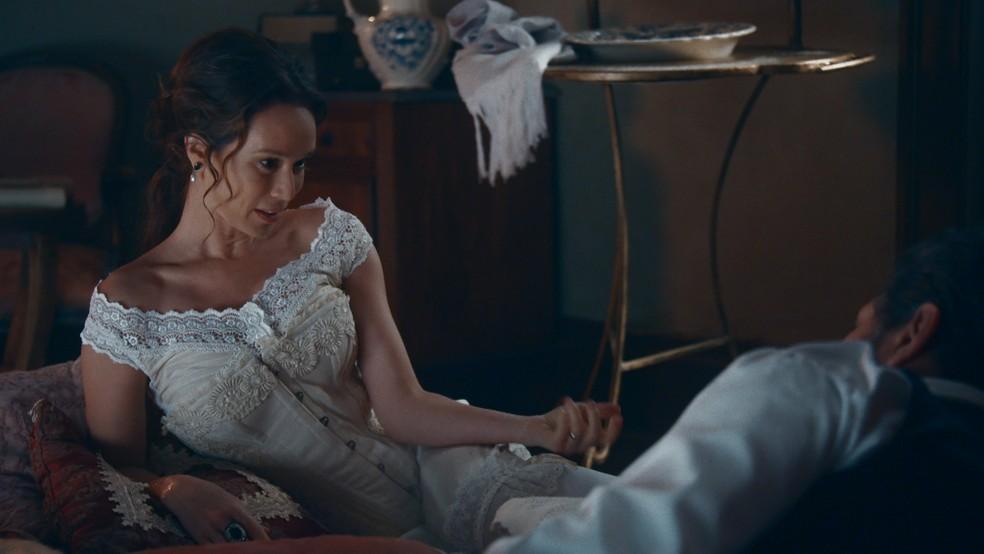 Luísa (Mariana Ximenes) diz que Gastão de Orléans, o Conde d'Eu, tem afinidades com a Princesa Isabel (Giulia Gayoso) em 'Nos Tempos do Imperador' — Foto: Globo