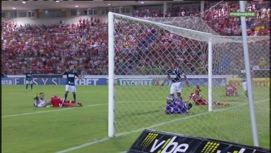 Diego Rosa se joga na bola e Rodrigo Viana salva, no cantinho aos 14 do 1º tempo