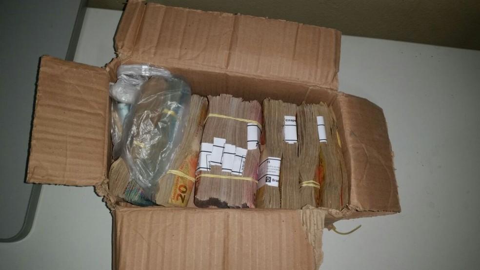 Dinheiro foi encontrado em caixa de papelão.  (Foto: Divulgação/ Polícia Civil )