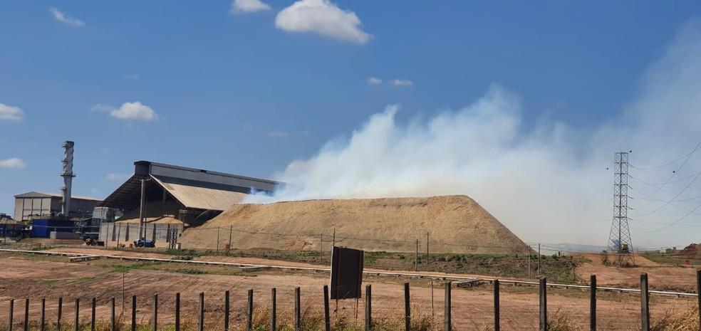 Fumaça na Usina de Lins pode ser vista de longe  — Foto: Nova TV/ Divulgação