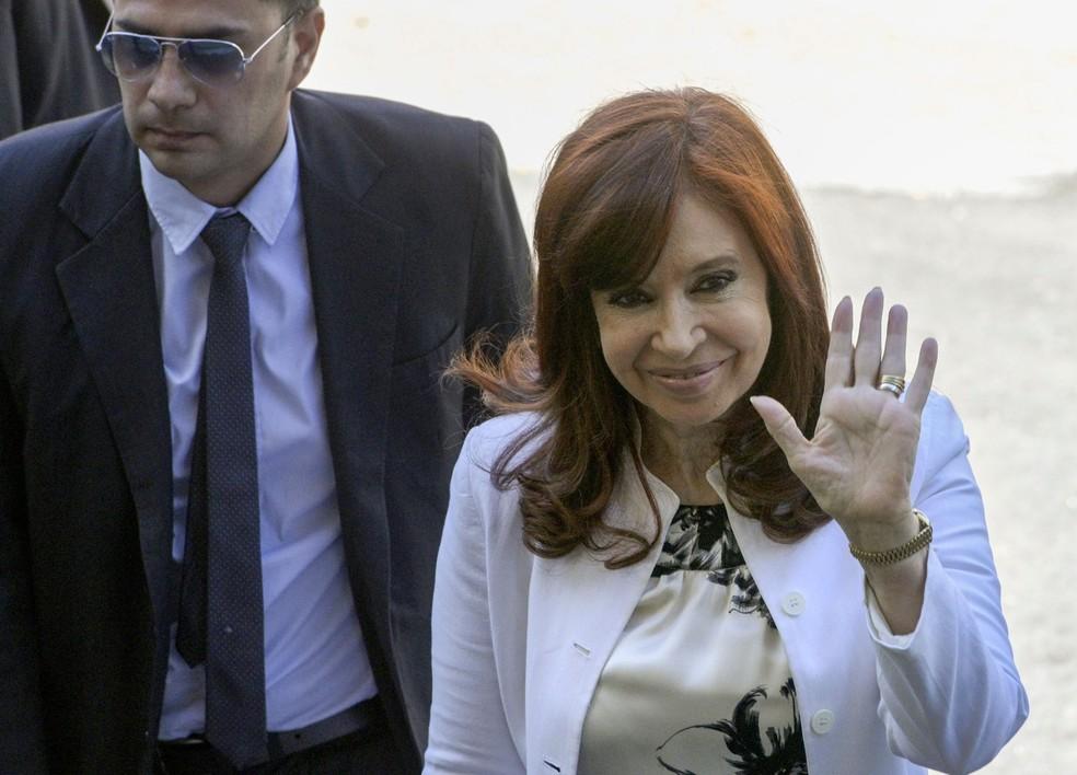 Cristina Kirchner acena ao chegar ao tribunal para participar de uma audiência em 2019 — Foto: Juan Mabromata / AFP