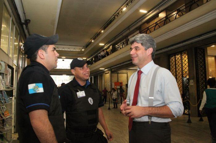 O médico Marcus Vinícius Dias (à direita) conversa com vigilantes do prédio do ministério da Saúde no Rio