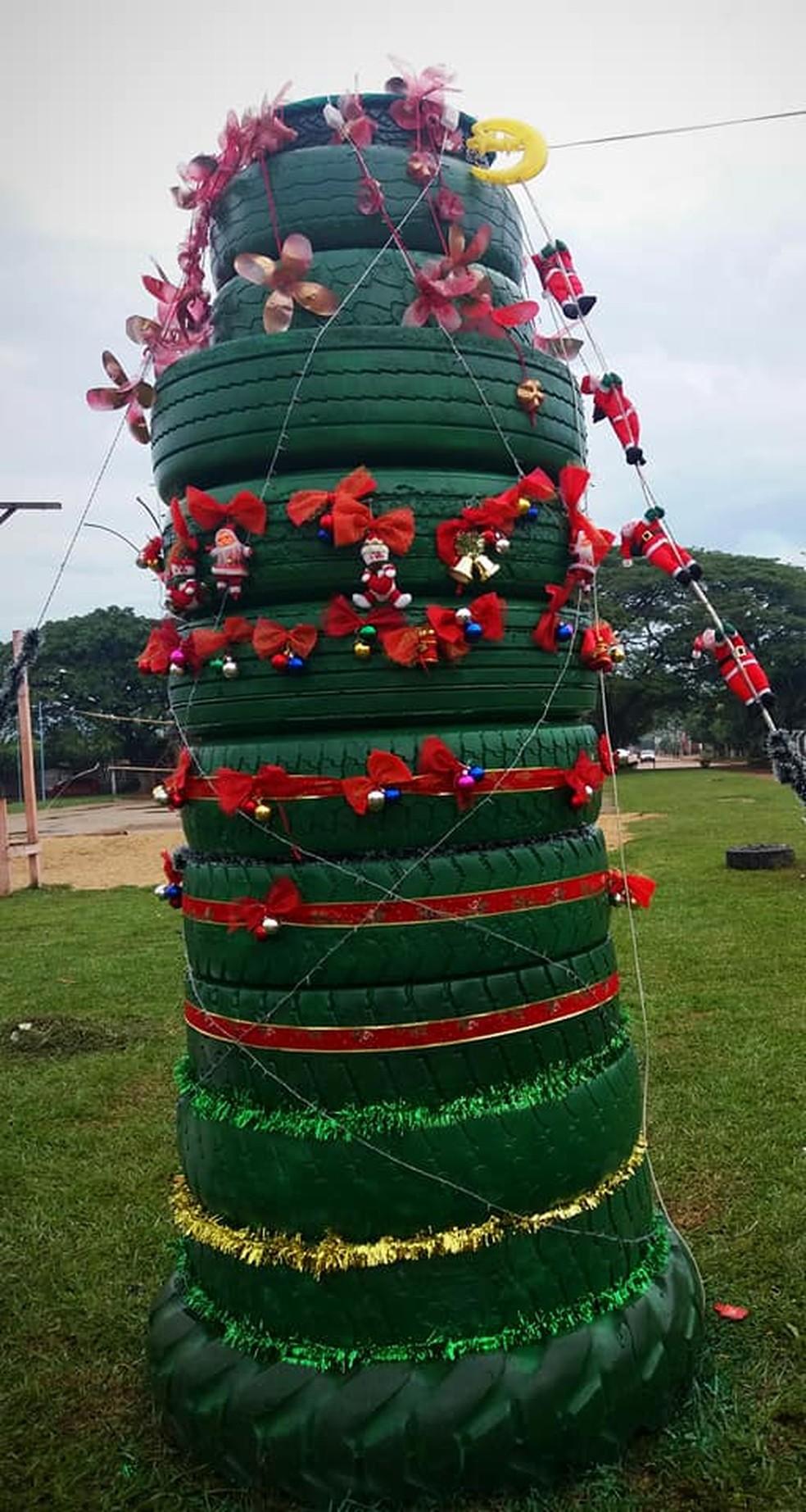 Árvore foi montada em praça de Cujubim (Foto: Facebook/Reprodução)