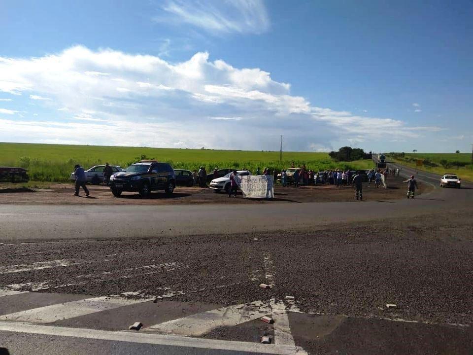 Grupo sem-terra faz protestos na BR-153 próximo a Comendador Gomes