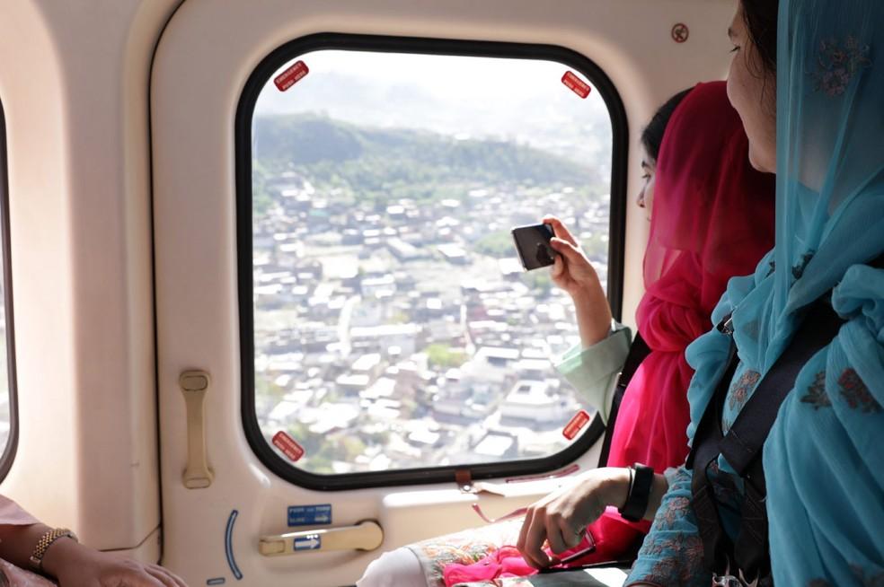 Malala é vista fotografando o Vale do Swat, região no Paquistão onde ela nasceu e cresceu, em sua primeira visita ao país em quase seis anos (Foto: Divulgação/Insiya Syed/Malala Fund)