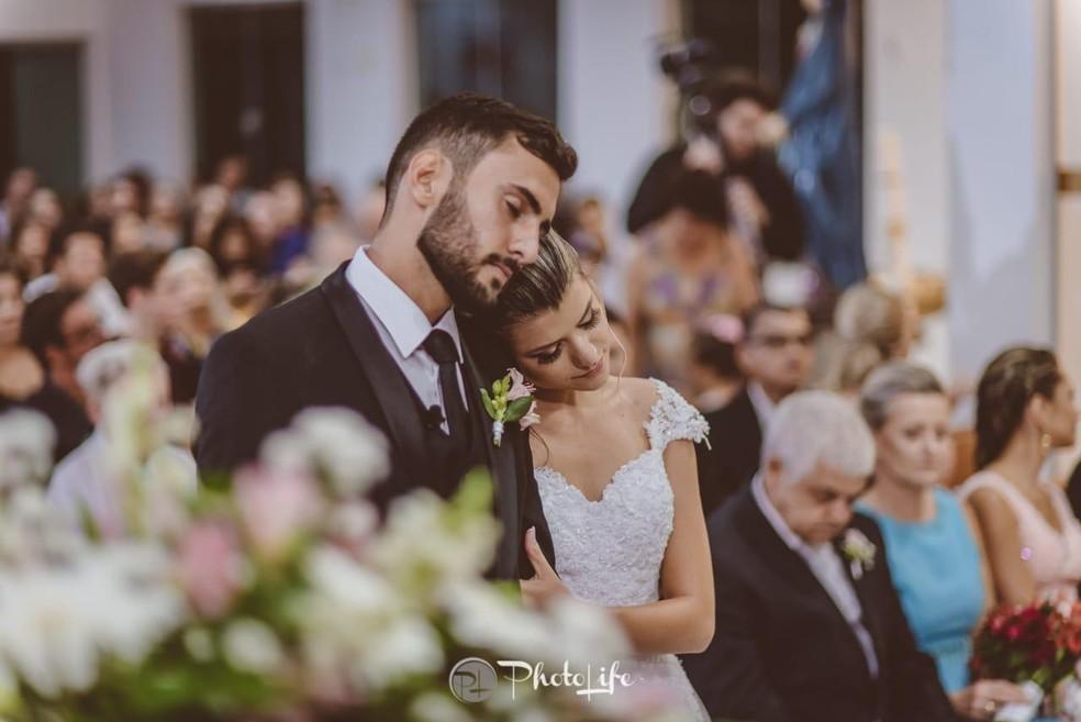 Ana Paula e Victor na cerimônia religiosa de casamento — Foto: PhotoLife
