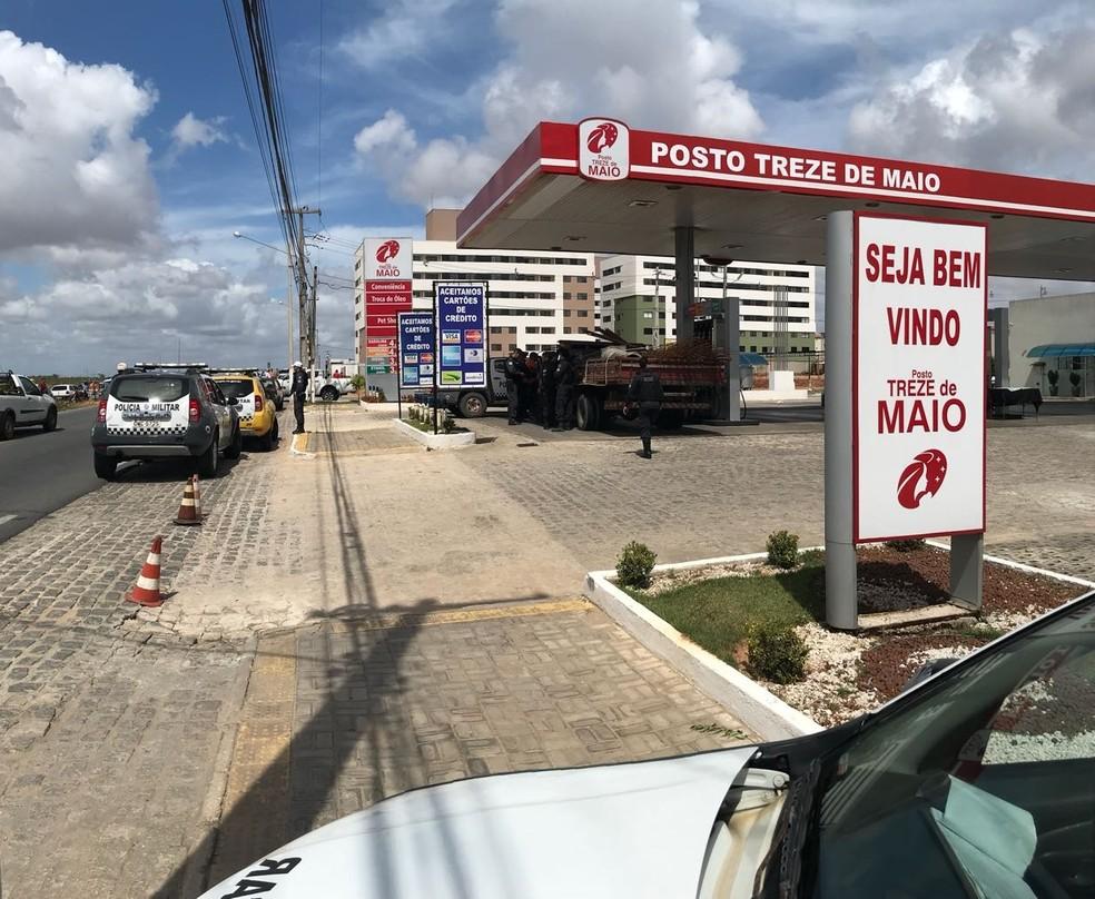 Posto foi cercado pela PM, que aguardou a rendição dos assaltantes (Foto: Kleber Teixeira/Inter TV Cabugi)
