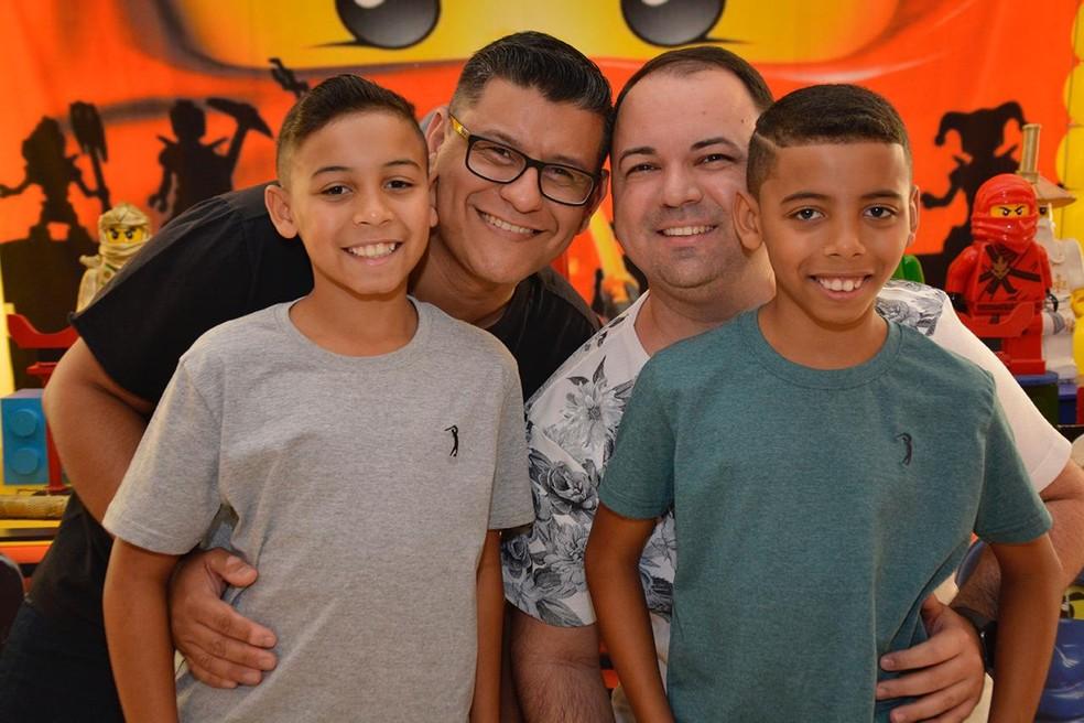 Fernando e Marcelo com os filhos — Foto: Fernando Cardoso/Arquivo pessoal