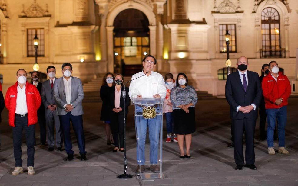 O presidente peruano Martín Vizcarra dá declaração de despedida ao lado de seus ministros antes de deixar o Palácio Presidencial em Lima — Foto: Luka Gonzales / AFP Photo