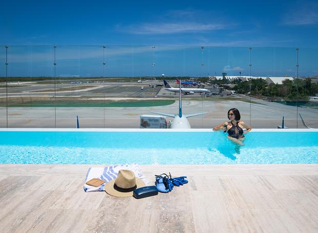 Piscina localizada no aeroporto internacional de Punta Cana (Foto: Reprodução Punta Cana International Airport)