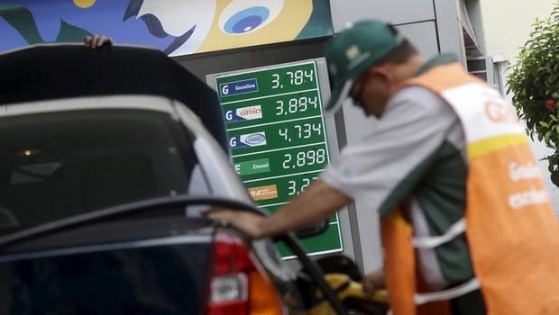 Funcionário abastece carro em posto da Petrobras no Rio de Janeiro ; combustíveis ; gasolina ; etanol ;  (Foto: Ricardo Moraes/Reuters)