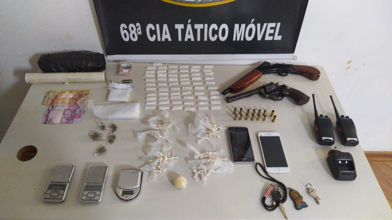 Dupla é detida com armas e drogas em Nova Serrana