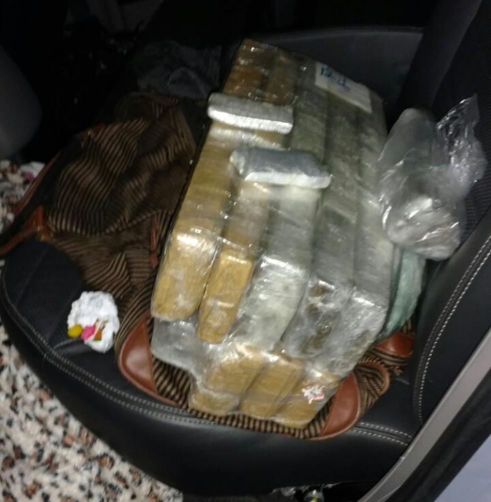 Bolsa com droga simulava uma bagagem (Foto: Polícia Militar/Divulgação)