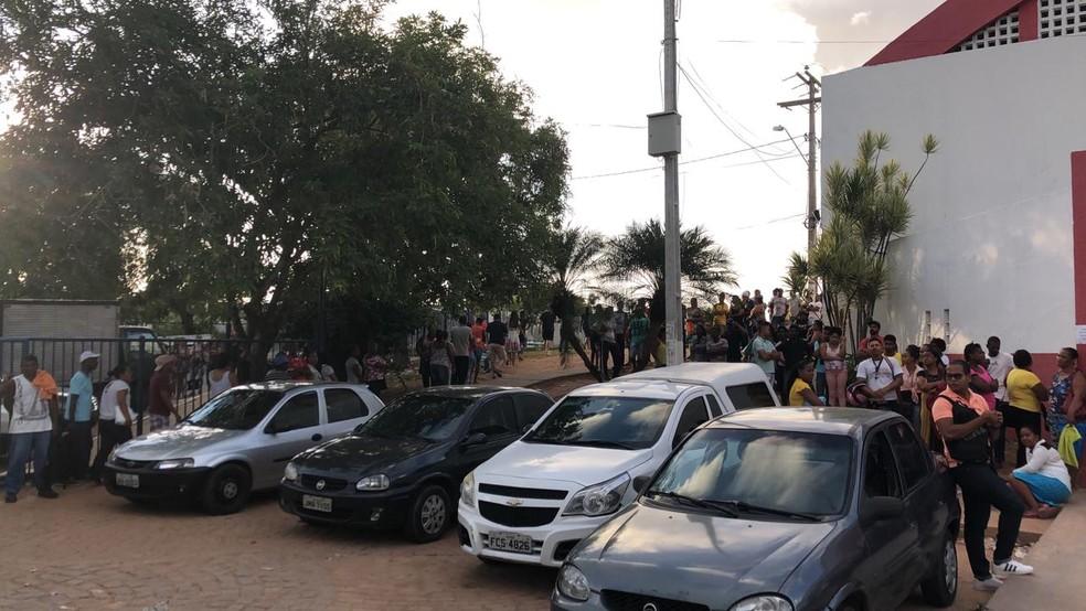 Eleitores dormem em fila para fazer recadastramento biométrico em Lauro de Freitas — Foto: Vanderson Nascimento/TV Bahia