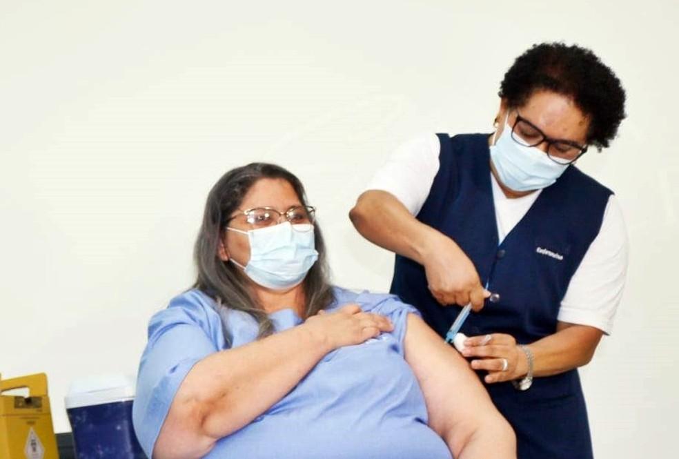 A técnica em enfermagem Adriana Aparecida de Souza, de Alfenas, foi a primeira imunizada no Sul de MG — Foto: Divulgação/Prefeitura de Alfenas